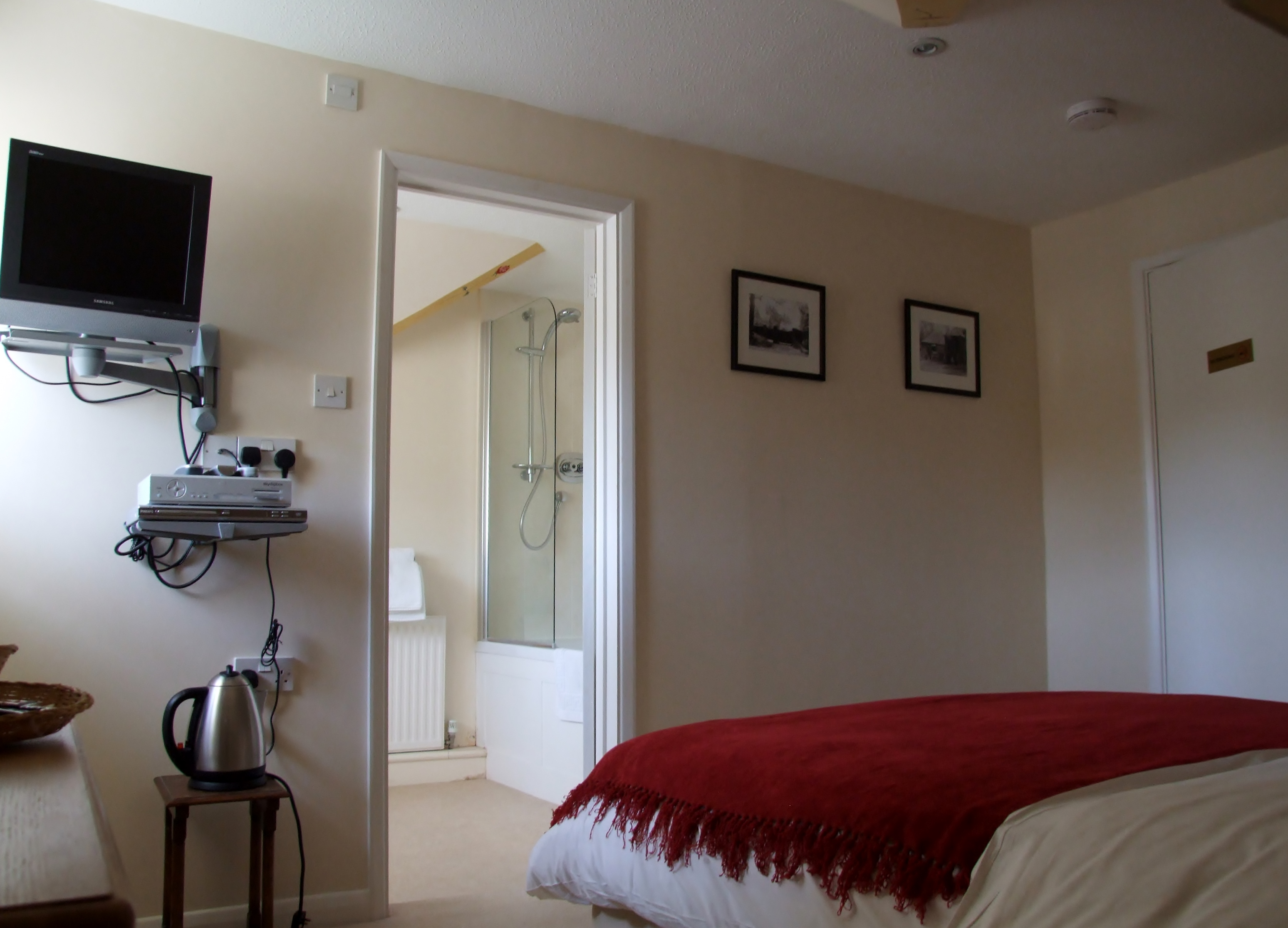 Chilgrove Farmouse - double bedroom with ensuite bath & shower